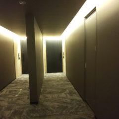 間接照明が照らす玄関ドア
